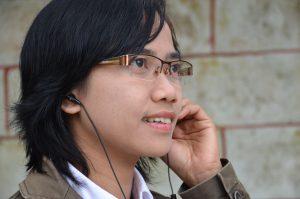 Foto: NoreaMediemission Kvinde lytter til radio