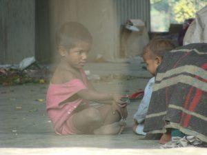Fattige børn i Indiens gader